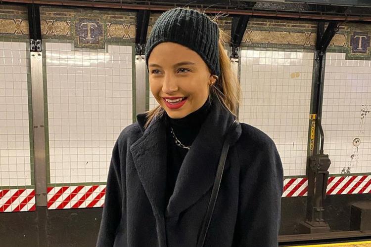 Julia Wieniawa w czarnym płaszczu i wełnianej opasce na głowie w Nowym Jorku