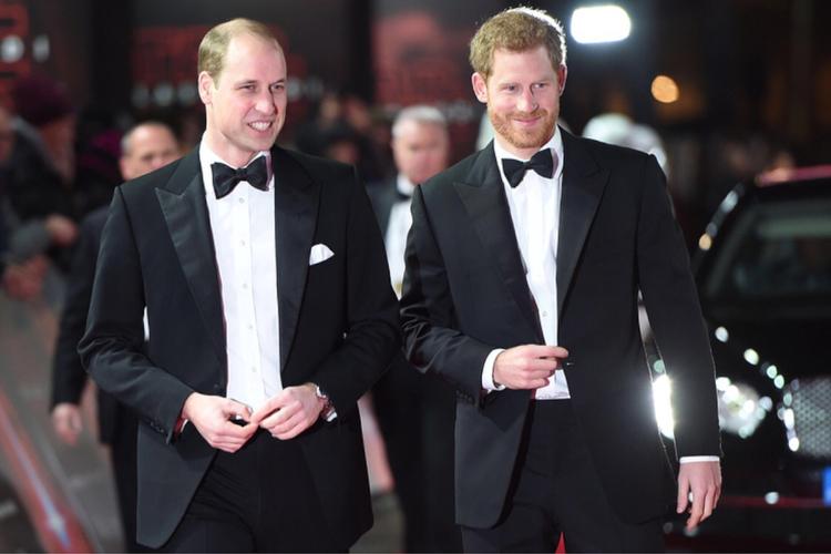 Książę William i książę Harry w smokingach na czerwonym dywanie