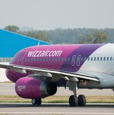 samolot Wizzair na lotnisku w Gdańsku