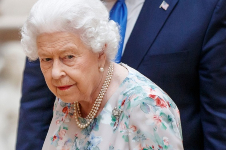 Królowa Elżbieta w kwiecistej sukience w Pałacu Buckingham