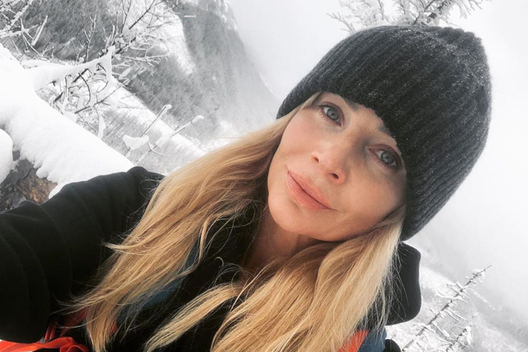 Agnieszka Woźniak-Starak w grubej czarnej czapce w górach