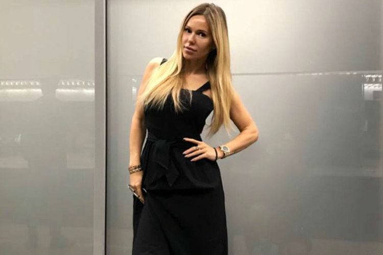 Doda w czarnej sukience