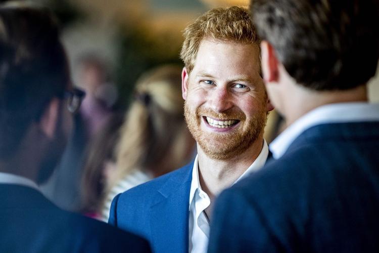 uśmiechnięty książę Harry