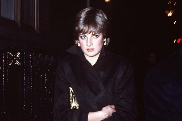 Księżna Diana smutna i cała na czarno idzie ulicą w Anglii
