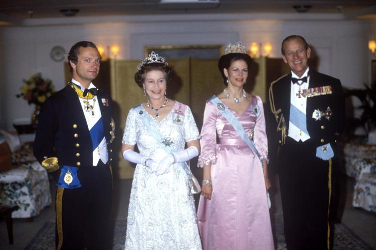 Głowy dwóch rodzin królewskich: król Gustaw, królowa Elżbieta, królowa Sylwia i książę Filip