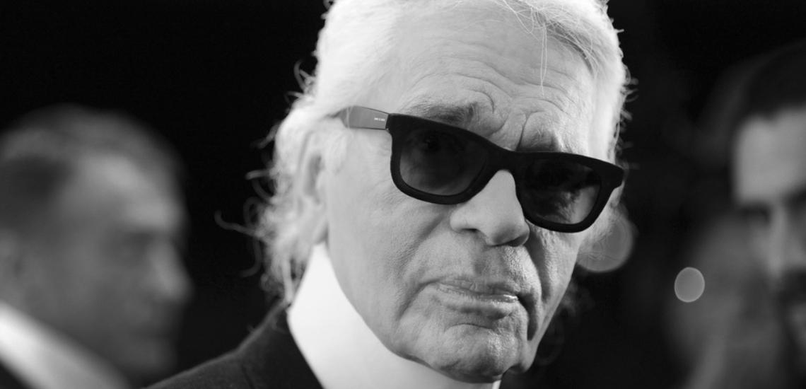 Karl Lagerfeld w ciemnych okularach