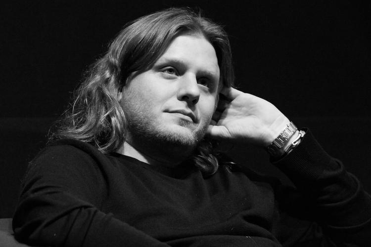 Piotr Woźniak-Starak w fotelu