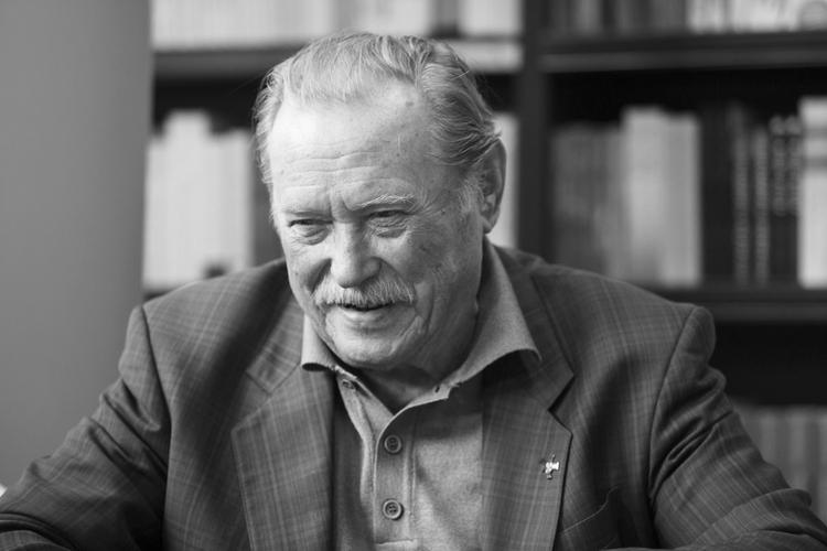 Emil Karewicz uśmiechnięty podczas wywiadu