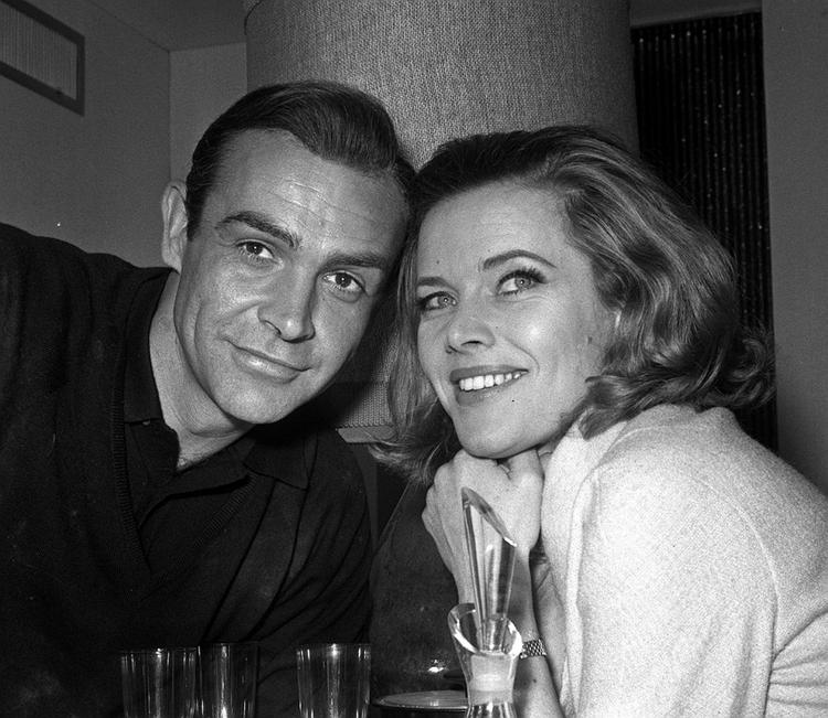 """Honor Blackman i Sean Connery na planie filmu """"Goldfinger"""", czyli jednej z części historii o Jamesie Bondzie"""
