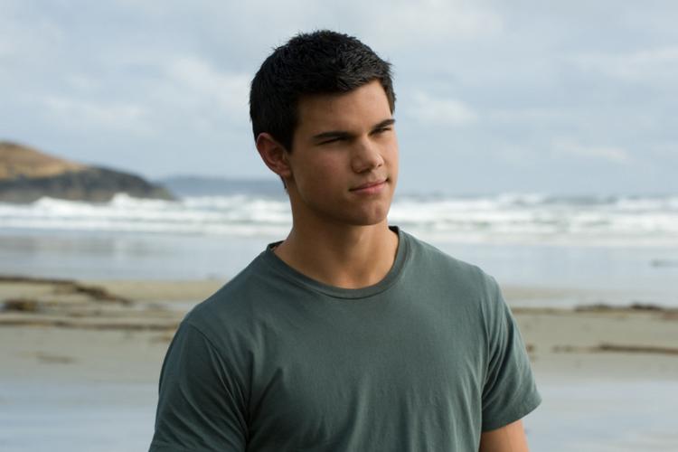 """Taylor Lautner w szarej koszulce jako Jacob w kadrze z filmu """"Zmierzch"""""""