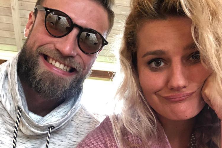 Andrzej Wrona w okularach i Zofia Zborowska robi minę do selfie