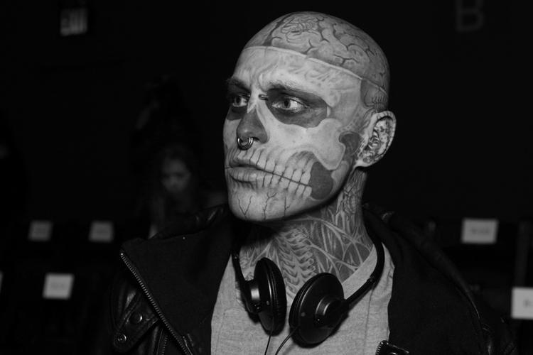 Zombie Boy ze słuchawkami na szyi